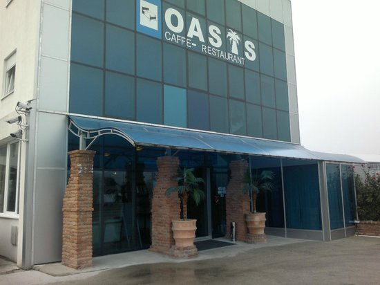 Hotel Oasis: The entrance