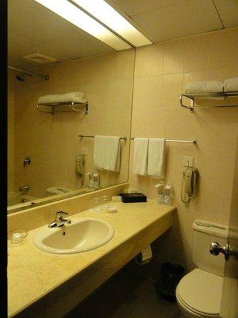 Ruitai Hongqiao Hotel: 洗面所(特に臭いは気にならず)