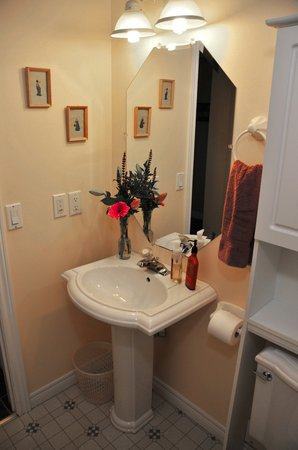 Golden Pathways Retreat and B & B: Sunray and Serenity room bathroom