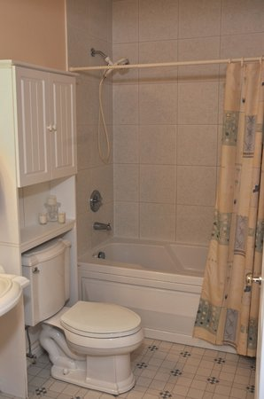 Golden Pathways Retreat and B & B: 4 piece bathroom Sunray and Serenity