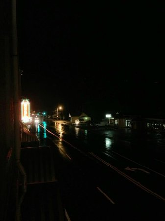 Hotel DeFuniak: Picture of the rainy street from our bedroom.