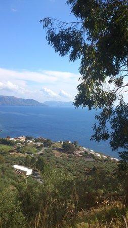 Hotel - Residence Al Belvedere Salina : walking down to Rinella