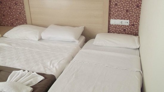Hotel Letoon : double bed and put me up bed