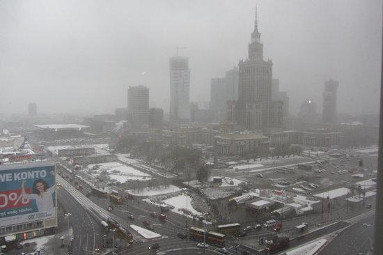 Novotel Warszawa Centrum: vue de Varsovie sous la neige depuis la fenêtre de la chambre