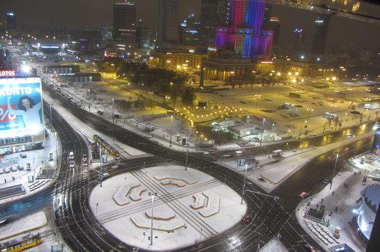 Novotel Warszawa Centrum: vue de nuit sous la neige