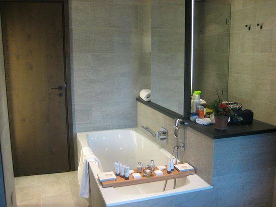 Crans Ambassador - Luxury Sport Resort : Bathroom