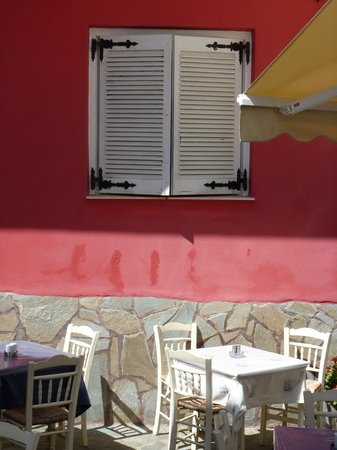 Stamatis Restaurant : Tables by the taverna