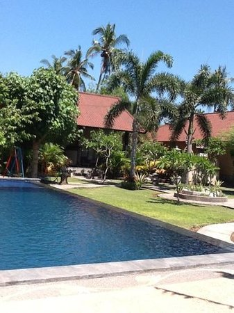 Kubuku Ecolodge and Resto: view of the garten from the pool