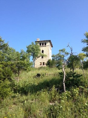 Ha Ha Tonka State Park: view of water tower from trail