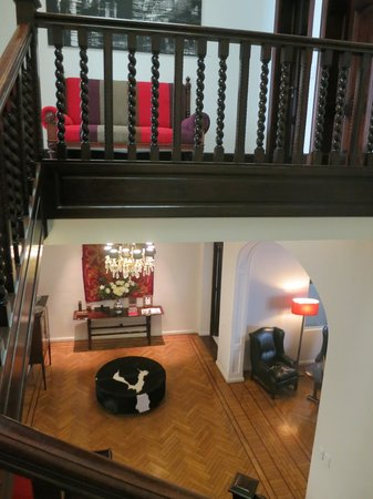 Magnolia Hotel Boutique : Main staircase looking to entry/ lobby