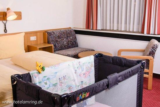 Arthotel ANA Flair: Familienzimmer mit Kinderbett