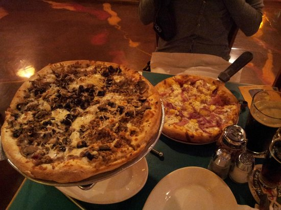 Kona Brewing Company: our pizzas Honaunau (the big one) and Hawaiian (the small)