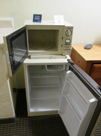 Travelodge San Antonio/Near Fort Sam/ATT Center: The terrible fridge and microwave. Look at that ice box!