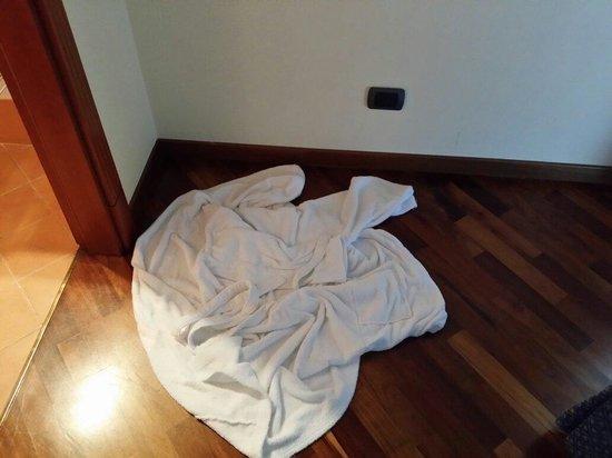 Relais La Corte di Bettona: Accappatoio per asciugare l'acqua proveniente dal soffitto