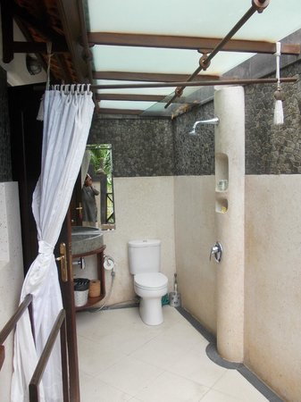Umah Watu Villas: open to nature bathrooms