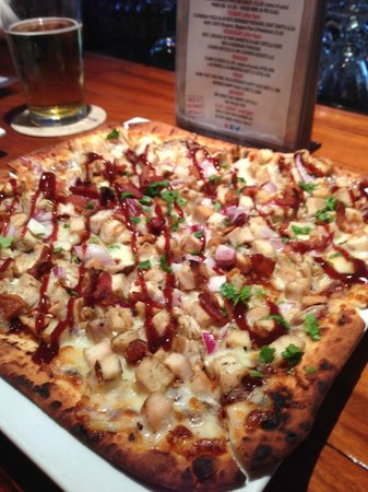 Dog Tooth Bar & Grill: BBQ Chicken Flat Bread