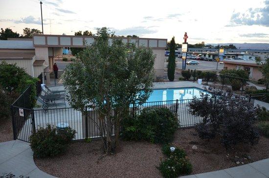 Page Boy Motel: vue depuis la chambre sur la piscine