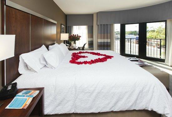 Hampton Inn & Suites Chapel Hill/Carrboro: King Corner City View