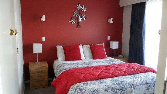 Aden Motel: Queen Bedroom of our Deluxe 2 Bedroom Apartment