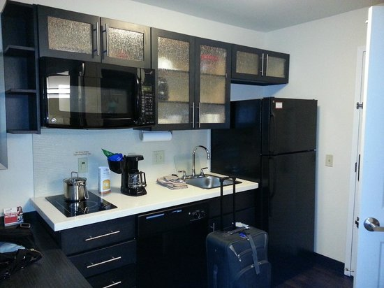 Candlewood Suites Harrisburg Hershey: kitchen with cook top, full size microwave and refrigerator