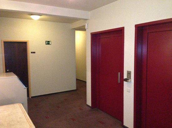 Best Western County House Of Brussels: Hall d'ascenseur