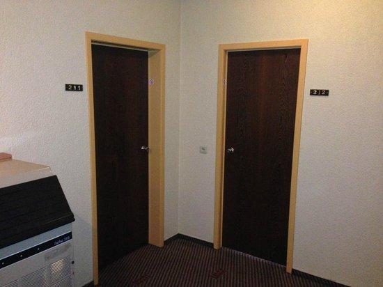 Best Western County House Of Brussels: Couloir des chambres triste et mal éclairé