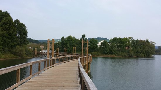 Stonewall Resort: Long boardwalk to walk over the lake.