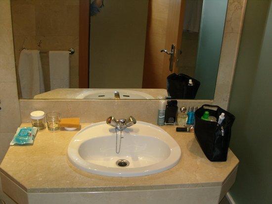 Expo Hotel Barcelona: baño amplio