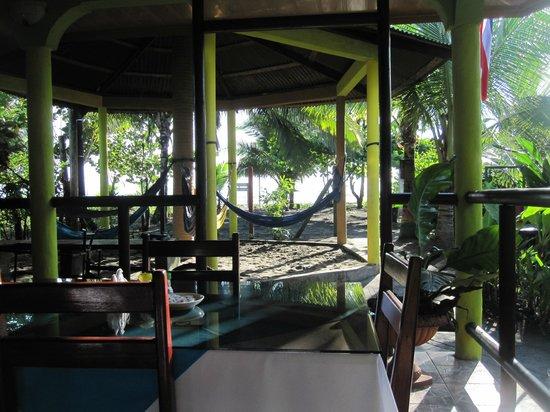 Cabinas El Icaco Tortuguero: Dining area and hammocks.