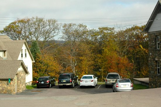 Pocono Manor Resort & Spa: View (fall) from the parking lot