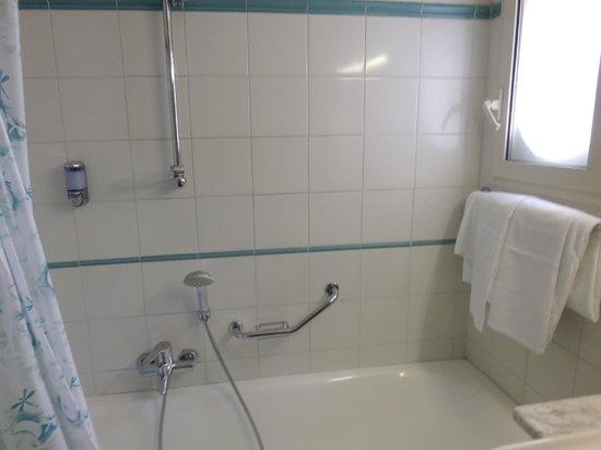 Alpha Hotel: Bathroom