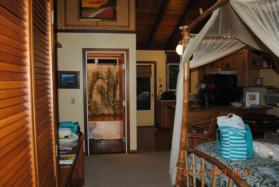Kauai Cove Cottages: Inside the room as you walk in