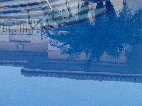 Marina Turquesa: Mirror in the pool