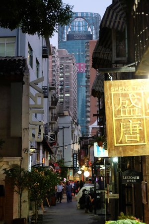 Pullman Shanghai Skyway Hotel: 田子坊から見たホテルの外観