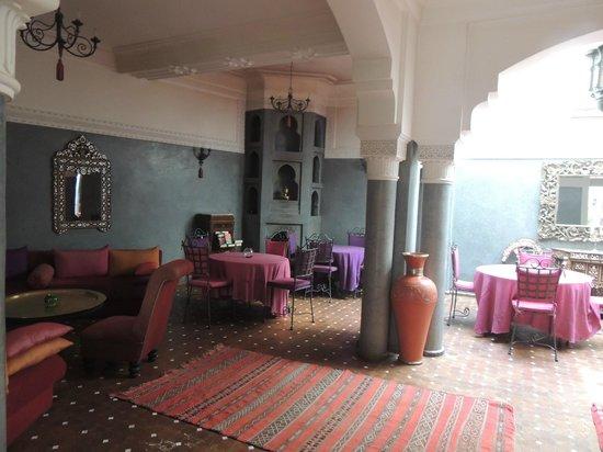 Riad Les Clefs Du Sud: comedor interior