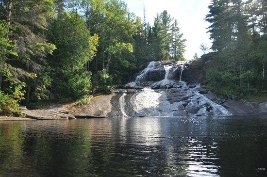Algonquin's Edge Resort: rafting down falls