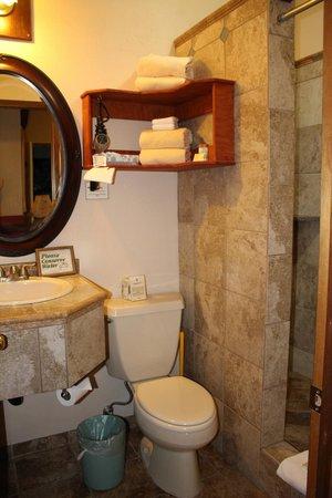 Lokahi Lodge: bathroom in the Olena room