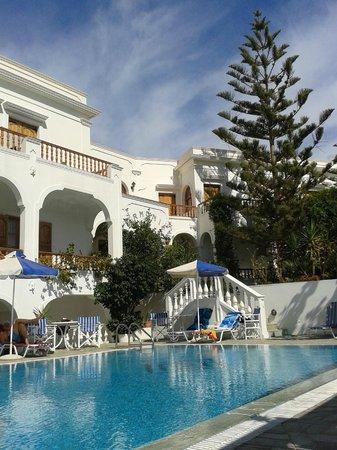 Armonia Hotel : Pool und Eingangsbereich