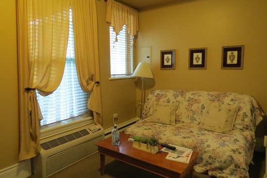 Auberge le Jardin d'Antoine: small sitting room beside the bedroom