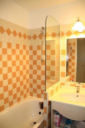 Pierre & Vacances Résidence Les Parcs de Grimaud : La salle de bains
