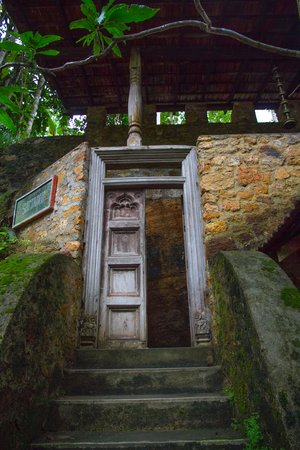 Kandy Samadhi Centre: old temple door at the entrance