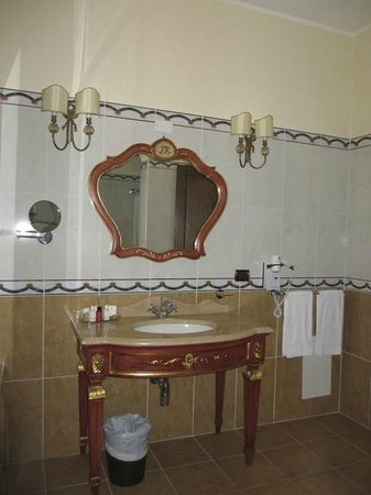 Grand Hotel President Olbia: Salle de bains d'un autre temps