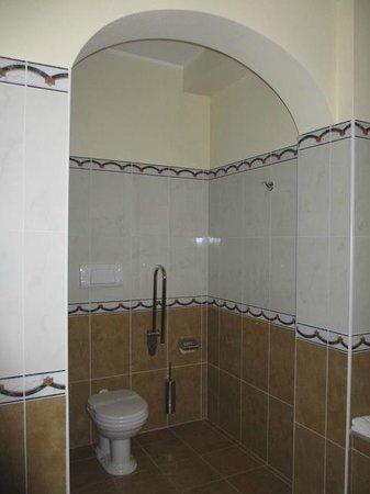 Grand Hotel President Olbia : Autre vue salle de bains... Que d'espace !