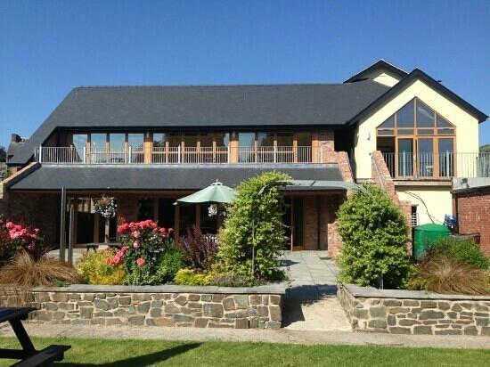 The Elephant & Castle Hotel: summer garden