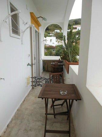Piccolo Hotel Luisa: Le camere si affacciano su un bel loggiato, che consente di godere del sole e dell'aria del post