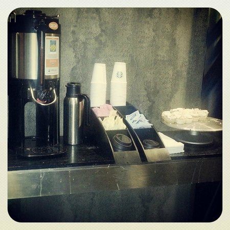 Hotel FIVE - A Staypineapple Hotel : Afternoon coffee & cupcakes
