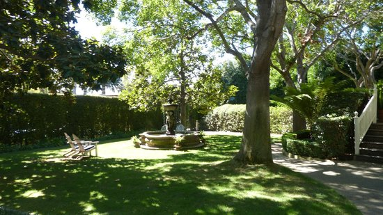 Simpson House Inn: Yard