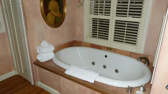Simpson House Inn: Bathtube from Greenwich Cottage