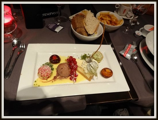 Hotel De Boskar: Assortiment van dessertjes.