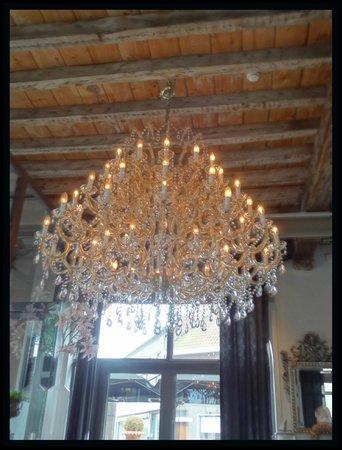Hotel De Boskar: Mooie luster in de brasserie.